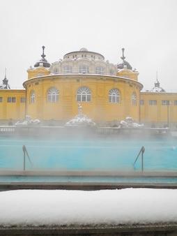 Uzdrowisko szechenyi, budapeszt, węgry. szechenyi medicinal bath to największa kąpiel lecznicza w europie.