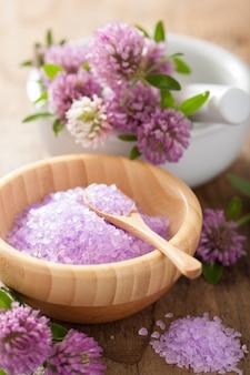 Uzdrowisko z fioletową solą ziołową i kwiatami koniczyny