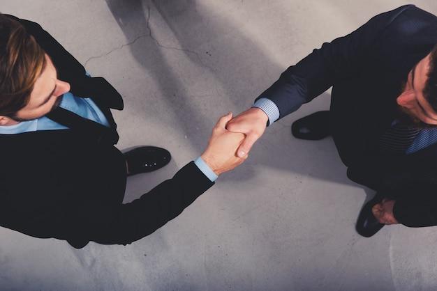 Uzgadnianie biznesmen w biurze. koncepcja pracy zespołowej i partnerstwa biznesowego