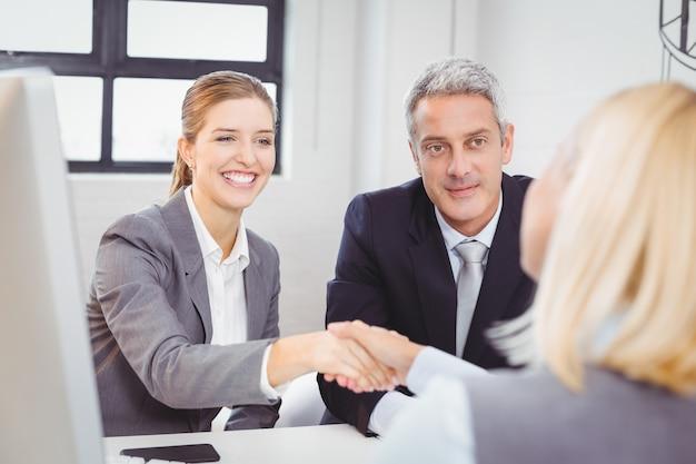 Uzgadnianie inteligentnych ludzi biznesu z klientem