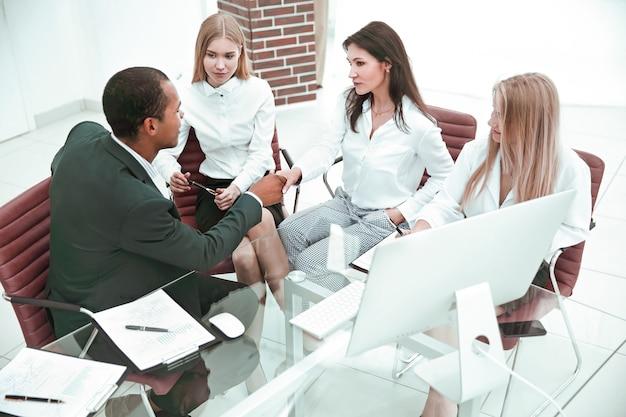 Uzgadnianie partnerów biznesowych w nowoczesnym biurze