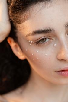 Uzupełnia młoda kobieta z perłami