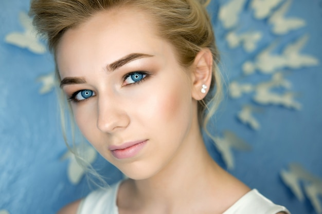 Uzupełniał blond młodej kobiety piękna portret