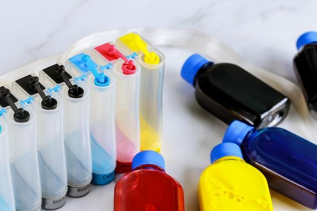 Uzupełnianie zbiornika z kolorowym atramentem w drukarce atramentowej