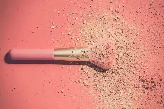 Uzupełnić pędzle z proszkiem na różowym tle