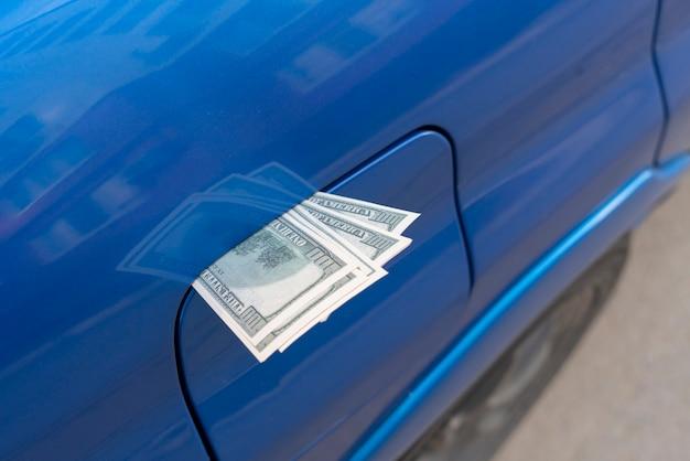 Uzupełnij samochód paliwem trochę gotówki wewnątrz pomysłu na zbiornik paliwa drogiej benzyny