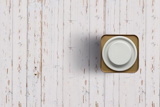 Uzupełnij widok białej herbaty puszki na białym tle drewnianych. nadaje się do twojego projektu.