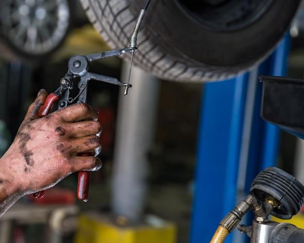 Użycie specjalnego klucza do odkręcania śrub w samochodzie w trakcie eksploatacji