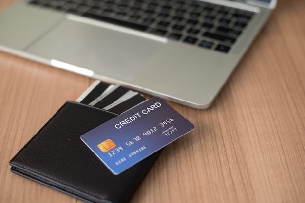 Użyj kart kredytowych i macbooków, aby kupić - obrazy