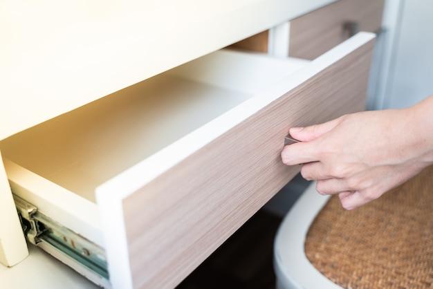 Użyj ręcznego otwierania szuflady drewnianej