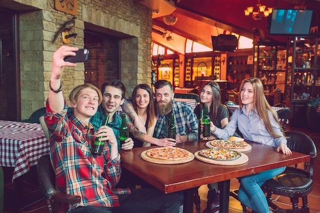 Użyj telefonu komórkowego selfie photo group friends