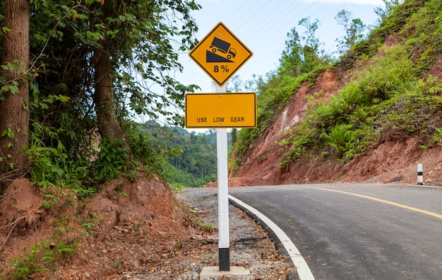 Użyj znaku niskiego biegu, znaków ostrzegawczych o ruchu drogowym na zakręcie i na zboczu