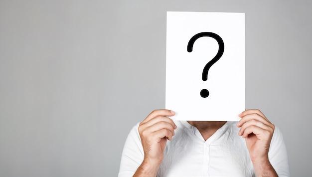 Uzyskiwanie odpowiedzi. znak zapytania, symbol. zamyślony mężczyzna.