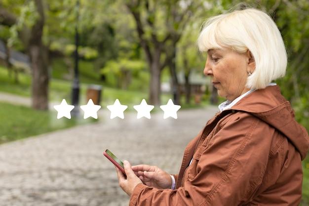 Użytkownik klienta ocenia jakość obsługi w aplikacji online, ocena klienta