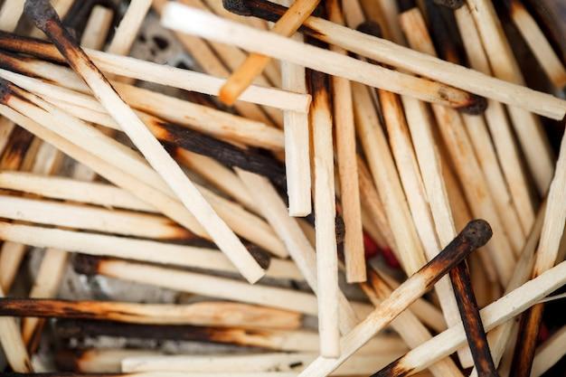Użyto spalonych zapałek, luzem, makro, selektywne ogniskowanie