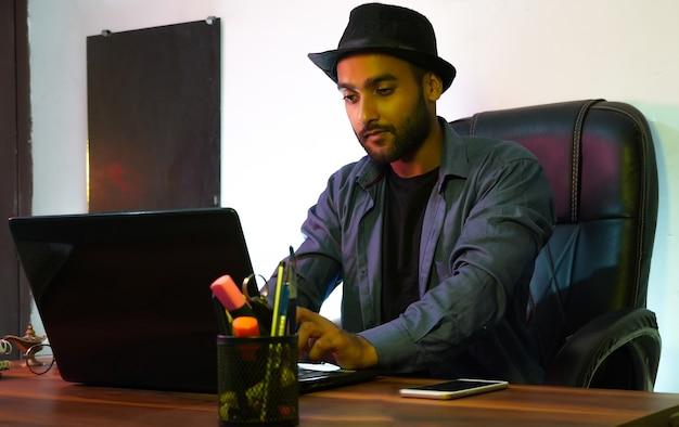 Używając swojego laptopa używając swojego laptopa
