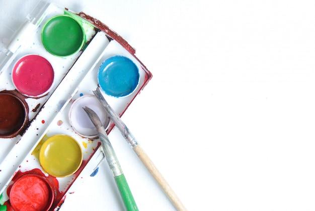 Używana farba kolorowa w palecie z pędzlami