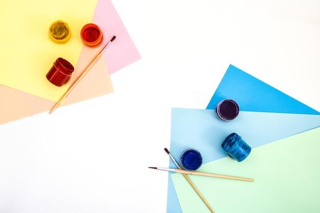Używana paleta farb gwaszowych na białym tle