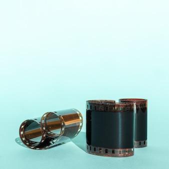 Używana rolka folii 35mm na niebieskim tle, miejsce na kopię.