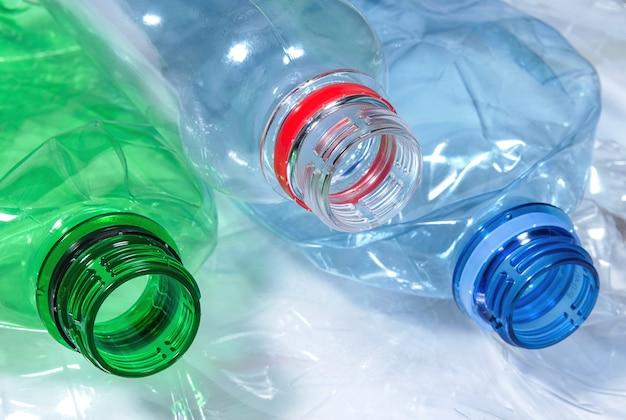 Używane butelki na wodę z polietylenu