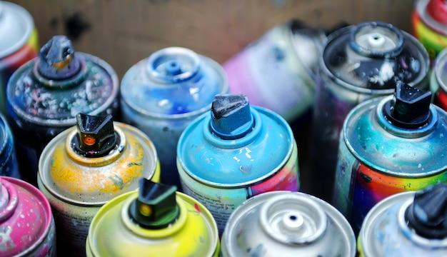 Używane puszki z farbą w sprayu