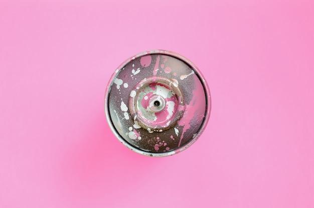 Używane spray może z różową farbą kapie leżą na powierzchni tekstury moda pastelowy różowy kolor papieru w minimalnej koncepcji