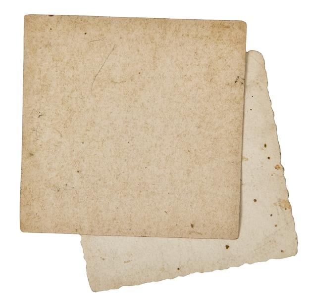 Używane teksturowane karty papierowe na białym tle