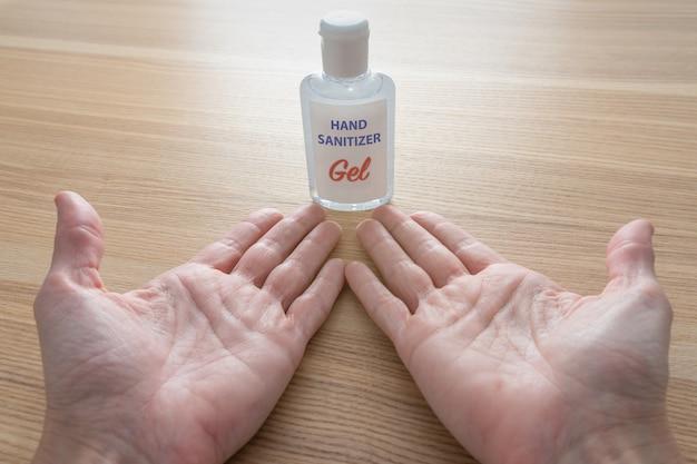 Używanie butelki środka dezynfekującego do rąk przeciwko koronawirusowi.