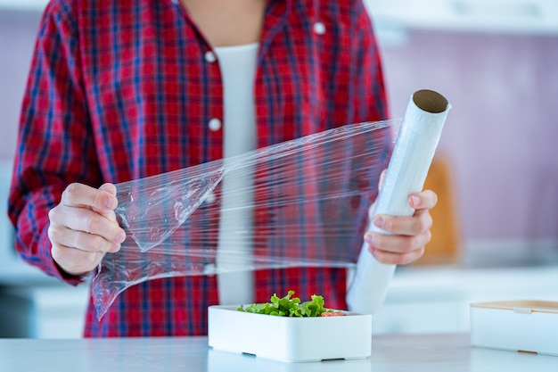 Używanie folii z polietylenu do żywności do przechowywania żywności w lodówce w domu