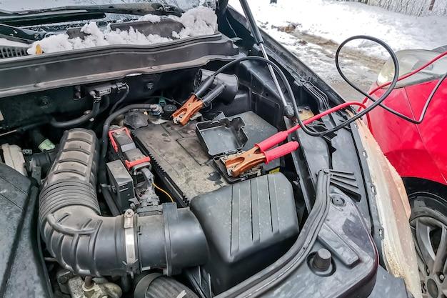 Używanie kabli rozruchowych do ładowania rozładowanego akumulatora samochodowego, sezon zimowy