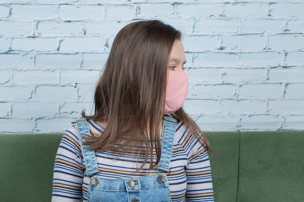 Używanie maski na twarz w celu zapobiegania wirusowi covid