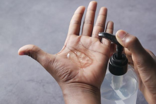 Używanie płynu odkażającego do zapobiegania koronawirusowi