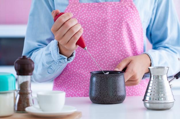 Używanie spieniacza do robienia kawy