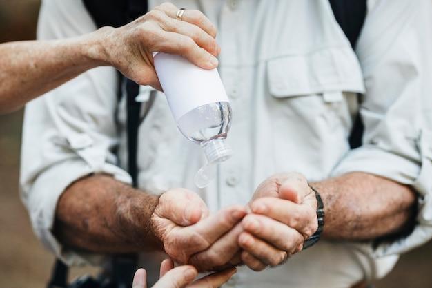 Używanie środka dezynfekującego do rąk podczas podróży w nowym normalnym