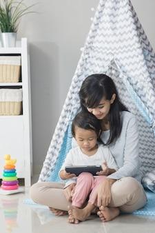 Używanie tabletu podczas gry w domu