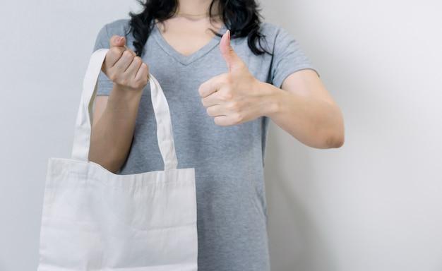 Używanie worków zamiast plastiku dla dobrego środowiska