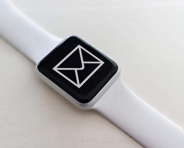 Używanie zegarka do odbierania wiadomości e-mail
