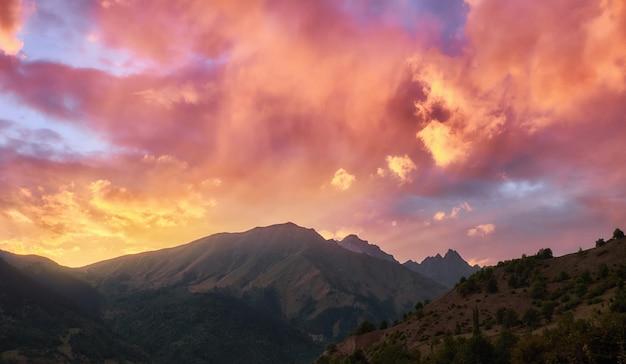 Vabrant zachód słońca w górach gruzji różowe chmury
