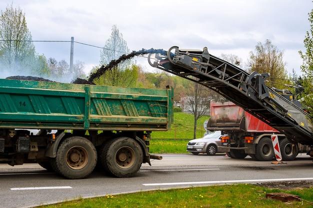 Valasske mezirici, czechy, 23 kwietnia 2019: frezarka usuwa stary asfalt z drogi.