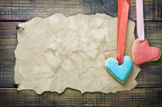 Valentine ciasteczka i stary papier z miejscem na gratulacje