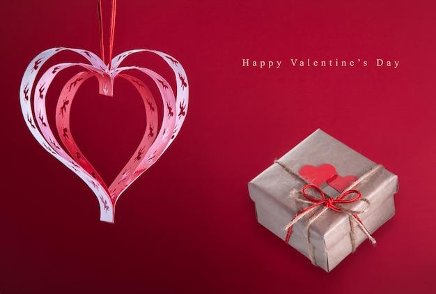 Valentine hearts z ręcznie robionych aniołów z prezentem, dobra karta gratulacyjna.