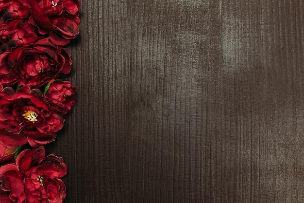 Valentine karty. czerwone róże w brązowym tle drewnianych. wysokiej jakości zdjęcie