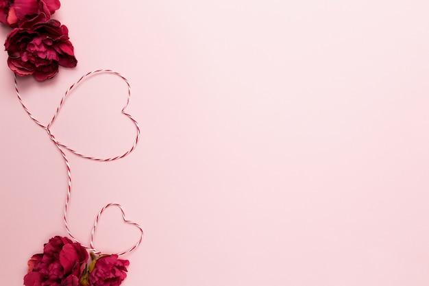 Valentine karty. kształty serca. czerwony biały sznurek lub lina. róże. różowe tło. wysokiej jakości zdjęcie
