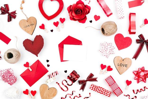Valentine karty z czerwoną dekoracją. makieta listu miłosnego