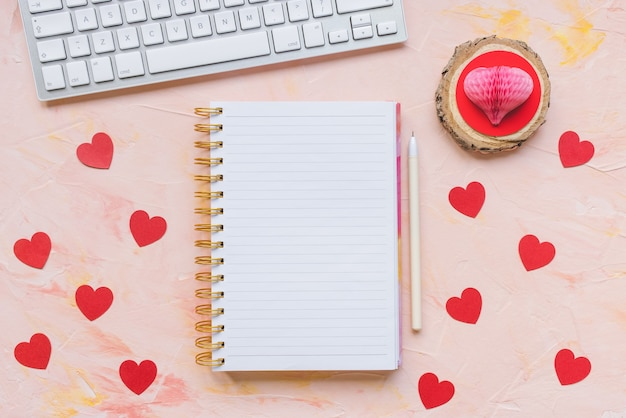 Valentine listy rzeczy do zrobienia, notatnik, serca i klawiatura