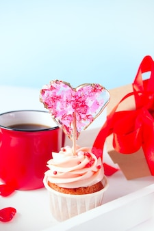 Valentines cupcake kremowy krem serowy ozdobiony lizakiem w kształcie serca