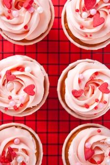 Valentines cupcakes kremowy krem z serka ozdobiony cukierkami w kształcie serca