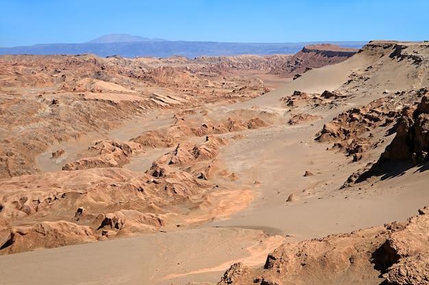 Valle de la luna lub dolina księżyca na pustyni atacama w północnym chile, najsuchszej niepolarnej pustyni na świecie