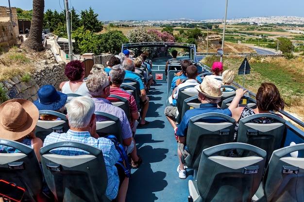 Valletta malta 18 czerwca 2019: autobus dla turystów z trasami do ciekawych zabytków wyspy malta
