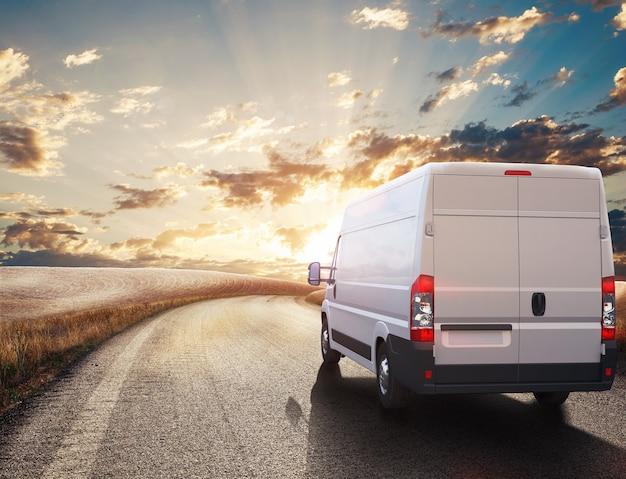 Van na ulicy gotowy do dostawy